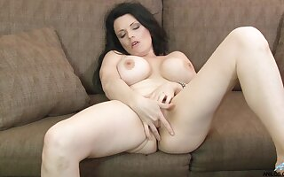 Video of busty mature Stacy Ray playing with her gungy fuck crevice