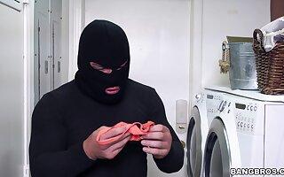 Grown-up endures robber's massive gumshoe after a balked robbing attempt