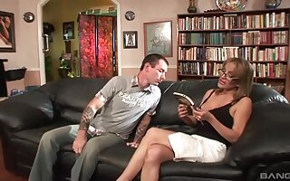 Hardcore fucking on the leather couch concerning pretend boobs MILF Sophia Soleil
