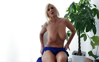 Saggy boobs mature: Roxana Hanova plays with her old fuck opening