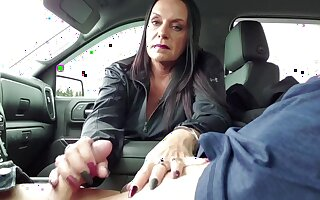 Italian housewife saw and sucks the lover in a parking lot