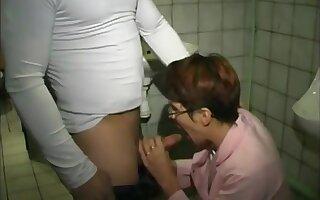 Arschfick in oeffentlicher Toilette
