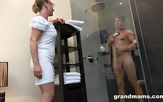 Materfamilias anent high sex drive enjoys watching young pauper luring a shower before having sex