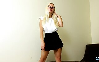 Hot blondie in snappy woman Polly B is jilling off yummy snatch