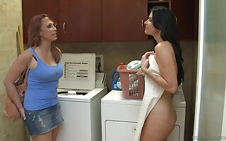 Amateur babe Nicki Hunter enjoys having coitus with India Summer